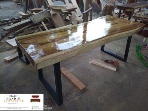 meja kayu trembesi kaki besi modern