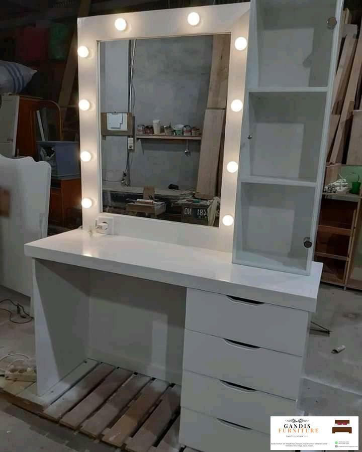 meja rias minimalis lampu putih