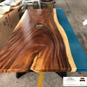 meja resin unik kayu trembesi warna biru menyala